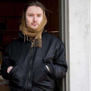 Jonathan Ingberg är kläddesigner, bosatt i Täkter, Ingå, Västnyland. Porträtt utanför hans syatelje på Hinders gård.