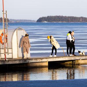 Ulkoilijoita Espoon Matinkylän rannalla.