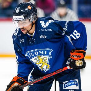 Närbild på hockeyspelaren Joonas Oden.