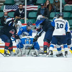 Kaotiskt framför Finlands mål i matchen mot USA i U18VM.