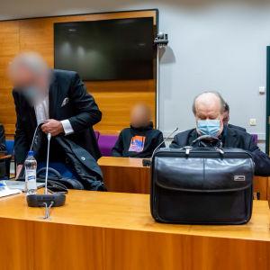 De åklagade i domstolssalen i Birkaland tingsrätt.