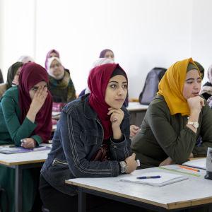 Naisia yliopiston luennolla Gazassa.