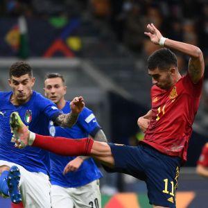 Italien och Spanien kämpar om bollen i Nations League-semifinalen på San Siro.