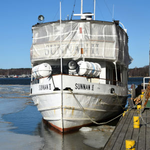 Restaurangbåten Sunnan vid restaurang Fyren i Ekenäs.