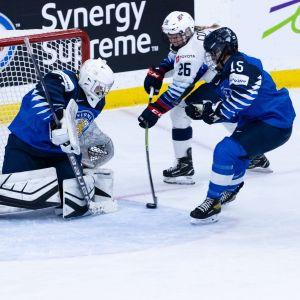 Suomen maalivahti Anni Keisala torjuu Yhdyvaltojen Kendall Coyne Schofieldin hyökkäyksen yhdessä Minnamaari Tuomisen kanssa naisten MM-kisojen välieräottelussa.