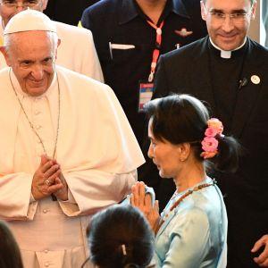 Påven träffar Burmas civila ledare Aung San Suu Kyi