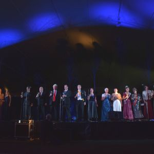 Finalen ur Degerbyrevyn Sjutton så självständigt framfördes. Hela teaterensemblen och orkestern medverkade.