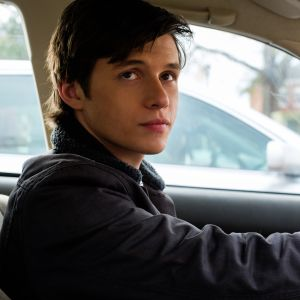 Simon vid ratten i sin bil.