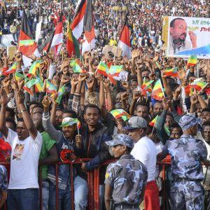 En granat exploderade i folkmassan kort efter att premiärminister Abiy Ahmed hade avslutat sitt tal inför tusentals anhängare i Addis Abeba