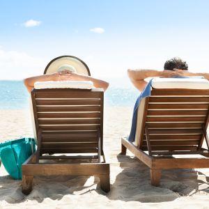 Solbad på en strand.