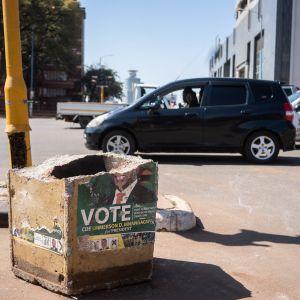 Trafikljus och betongsopkorgar förstördes under onsdagen och sittande president Emmerson Mnangagwas valreklamer vandaliserades.