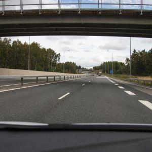 Bild fotad från genom vindrutan på en bil