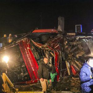 Räddningsarbetare och nyhetsjournalister runt olycksbussen nära Skopje på onsdag kväll.