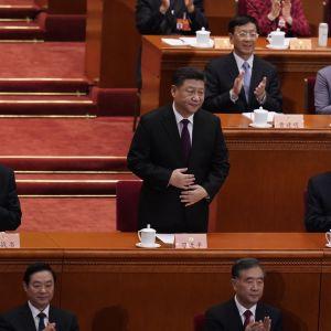 President och partichef Xi Jinping dominerar folkkongressen medan premiärminister Li Keqiang (till höger) presenterar budgeten och de ekonomiska tillväxtmålen för det kommande året