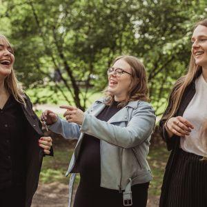 Kaneli, Malin och Jenna skrattar