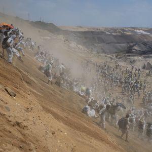 Miljöaktivister stormar brunkolsgruvan i Garzweiler i västra Tyskland.
