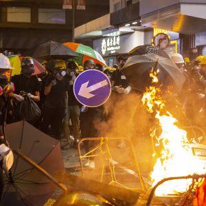 Aktivister som på måndagen demonstrerar för fjärde dagen i rad, försöker nu lamslå staden genom storstrejker och protestaktioner