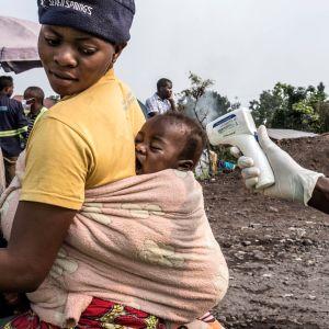 Spädbarn testas för ebolavirus i Kongo-Kinshasa.