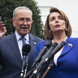 Demokraternas minoritetsledare i senaten Chuck Schumer och representanthusets demokratiska majoritetsledare Nancy Pelosi talade till journalister efter att de tågat ut från mötet med Trump.