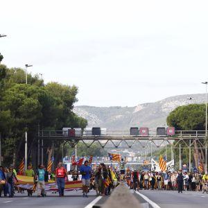 Hundratusentals katalaner har sedan onsdag tågat mot Barcelona där de skall delta i massiv, fredlig protest på fredag kväll