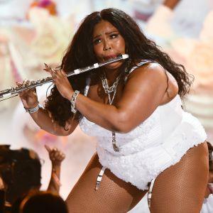 Lizzo på scen spelandes flöjt.