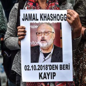 En demonstrant håller en bild av dem mördade journalisten Jamal Khashoggi