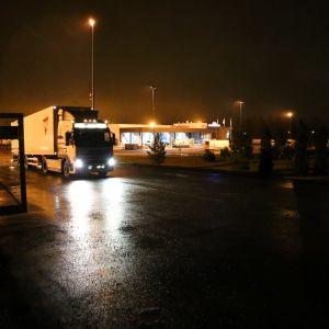 Rekka lähdössä Kaukokiidon terminaalista Turussa.