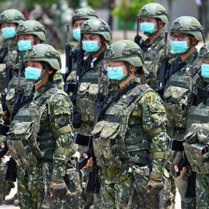 Taiwanesiska soldater lyssnar till ett tal av president Tsai Ing-wen.