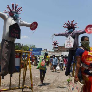Kvinnor och covid-19-varningsskyltar i Chennai, Indien 11 april 2020