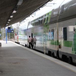 Uudenmaan rajojen avaamisen jälkeen perjantaina juna tuli Helsingistä Kouvolaan klo 12.49, ja paikalla olleen toimittajan mukaan junan kyydistä nousi vain noin kolme ihmistä.
