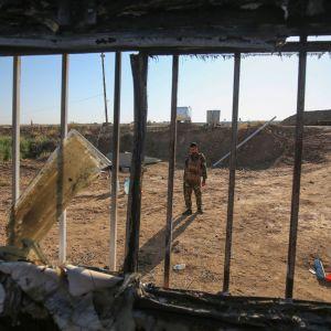 En irakisk soldat inspekterar en plats norr om Bagdad som utsatts för en IS-attack den 3 maj 2020.