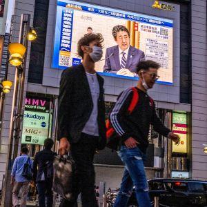 Japan har inte drabbats av coronaviruset så allvarligt som många andra länder, men landet är redan i recession och utsikterna ser dystra ut inför årets slut.