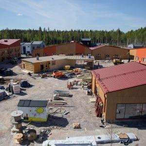 Rakenteilla olevia rakennuksia Hyvinkään asuntomessualueella kuukausi ennen messujen avautumista.
