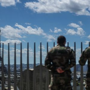 Sotilaat seuraavat lentonäytösharjoittelua Riemukaarelta Pariisissa Ranskassa 9. heinäkuuta 2020.