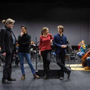 Kapellimestariopiskelijat I-Han Fu, Emilia Hoving ja James Kahane harjoituksissa orkesterimuusikoiden kanssa. Vasemmalla professori Atso Almila.