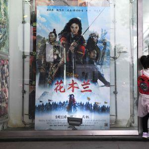 Plansch med reklam för Disney-filmen Mulan i Peking 11.9.2020. Har stött på kritik för att filmats i Xinjiang där KIna förtrycker uigurerna.