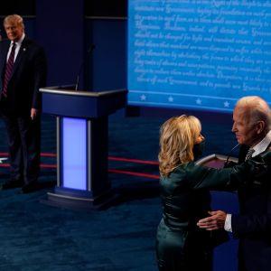 Efter tv-debatten 29.9.2020 visade sig också debattörernas hustrur Melania Trump och Jill Biden