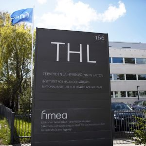 THL:s och Fimeas skylt vid Mannerheimvägen i Helsingfors.