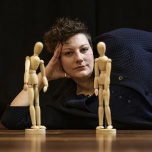 Läheisyyden koreografi Pia Rickman ja puusta veistettyjä ihmishahmoja