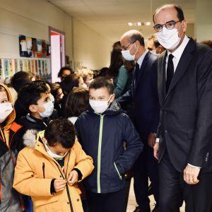 Frankrikes premiärminister Jean Castex besöker en skola i Conflans-Sainte-Honorine, den ort där den mördade läraren Samuel Paty undervisade.