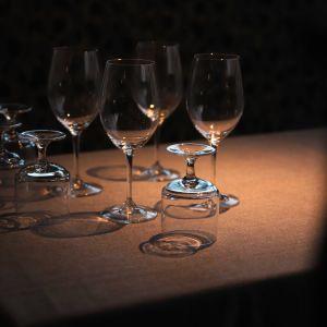 Viinilaseja pöydällä.