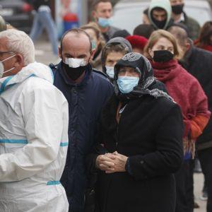 Kosovon pääkaupungissa Pristinassa jonotettiin koronatestiin 12. marraskuuta 2020.