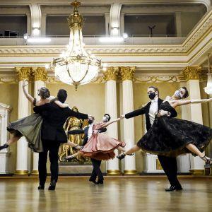 Personer dansar i presidentens slott.