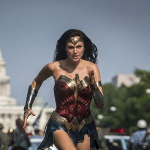 Wonder Woman eli näyttelijä Gal Gadot juoksee Valkoisen talon edustalla.