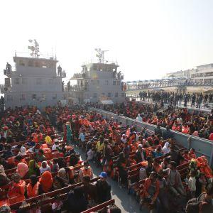 Flera båtar flyttade rohingya-flyktingar till ön Bhashan Char 29.12.2020