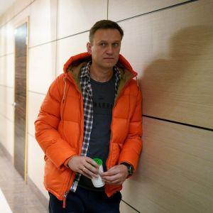 Aleksej Navalnyj med säkerhetspersonal i bakgrunden. December 2019.