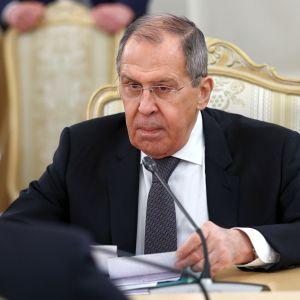 En bister rysk utrikesminister Sergej Lavrov i närbild.