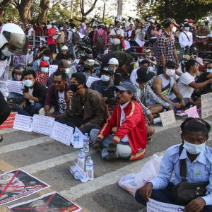 Mielenosoittajat osoittavat mieltään armeijan päällikköä Min Aung Hlaingia vastaan