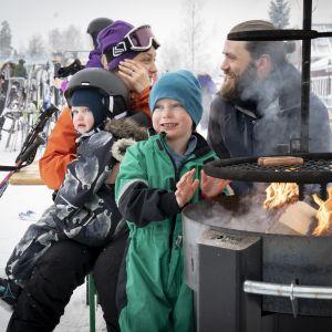 Sandra Yliruusi ja Tore Gulbrandsen lastensa kanssa Peuramaa laskettelukeskuksessa