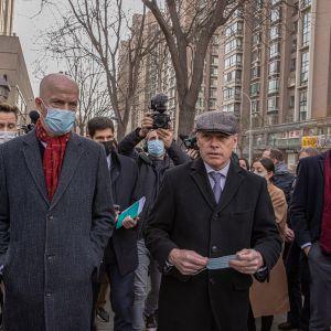 Kanadan suurlähetystön asiainhoitaja Jim Nickel (edessä, oikealla) sekä hänen kollegansa William Klein USA:sta (edessä, vasemmalla) pekingiläisen tuomioistuimen edustalla.)